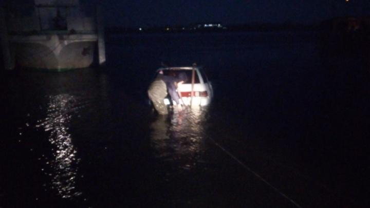 Забыл поставить на ручник: тюменские спасатели достали из реки автомобиль-утопленник