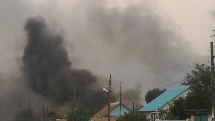 В хуторе Медведев Иловлинского района огонь перекинулся на дома