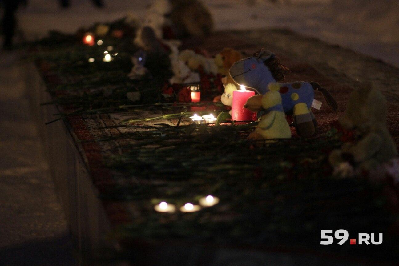 Цветы, свечи и мягкие игрушки