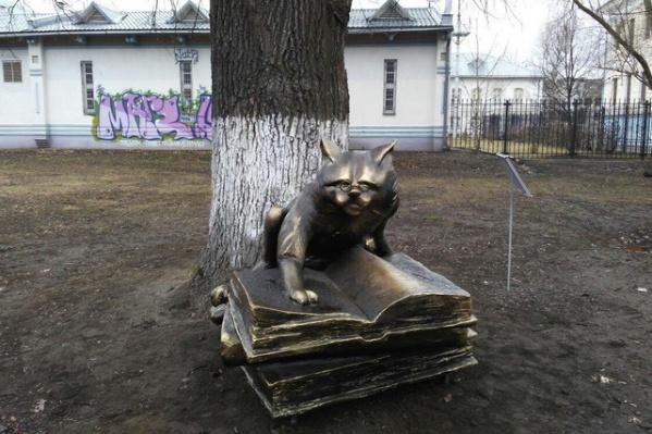 Памятник уже изуродовали вандалы