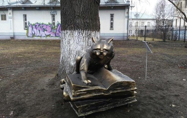 Вандалы изуродовали памятник коту из поэмы Пушкина в Ярославле