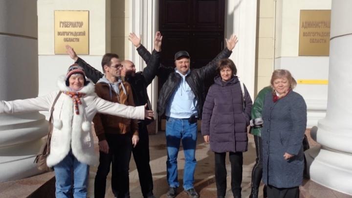 В Волгограде группа революционеров зачитала конституцию в ГУВД и администрации области