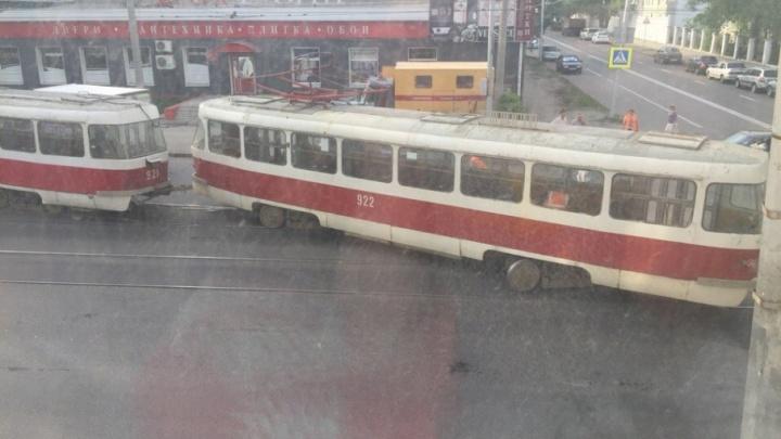 Встал наискосок: в Самаре недалеко от ТТУ на Мичурина сошел с рельсов трамвай