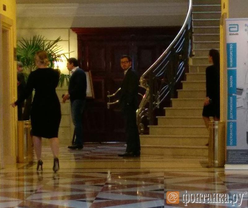 В центре, в очках – Артем Артюхов из «А1» (холл отеля Кемпински)