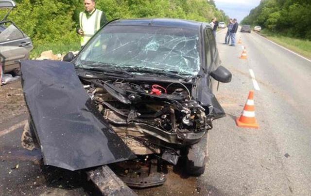 Смертельный обгон: водитель Renault Sandero лоб в лоб врезался в «четырнадцатую» под Самарой