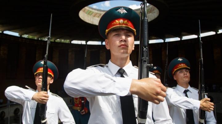 Тысяча военных отметила в Волгограде юбилей мотострелковой дивизии