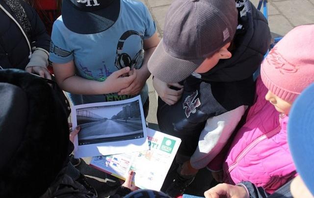 Тюменская ГИБДД ищет родителей юного регулировщика движения