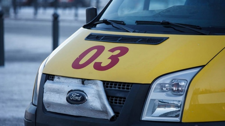 Во дворе тюменской многоэтажки автомобиль Renault Sandero сбил пенсионера