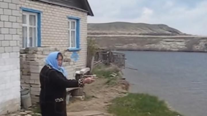 Над обрывом: в Волгоградской области Волга смывает село