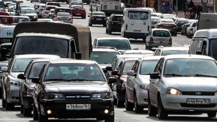 Автомобилистов предупредили о сложной обстановке на донских дорогах из-за снега и гололеда