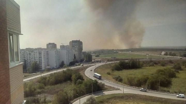 Под Ростовом произошло возгорание: пожарные автоцистерны не могут подъехать к огню