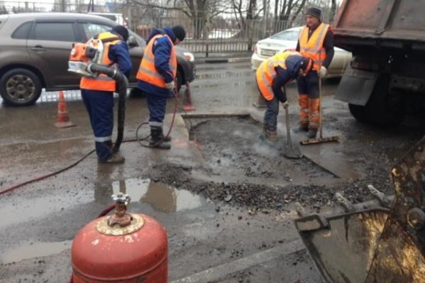Самую знаменитую яму Ярославля начали ремонтировать