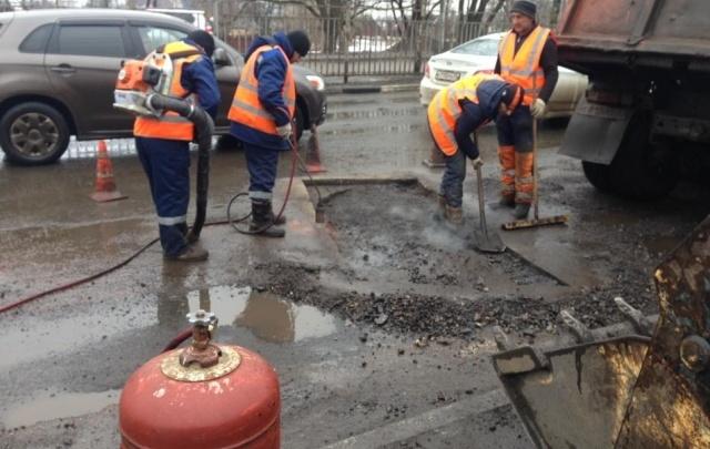 В Ярославле начали латать знаменитую яму со стулом