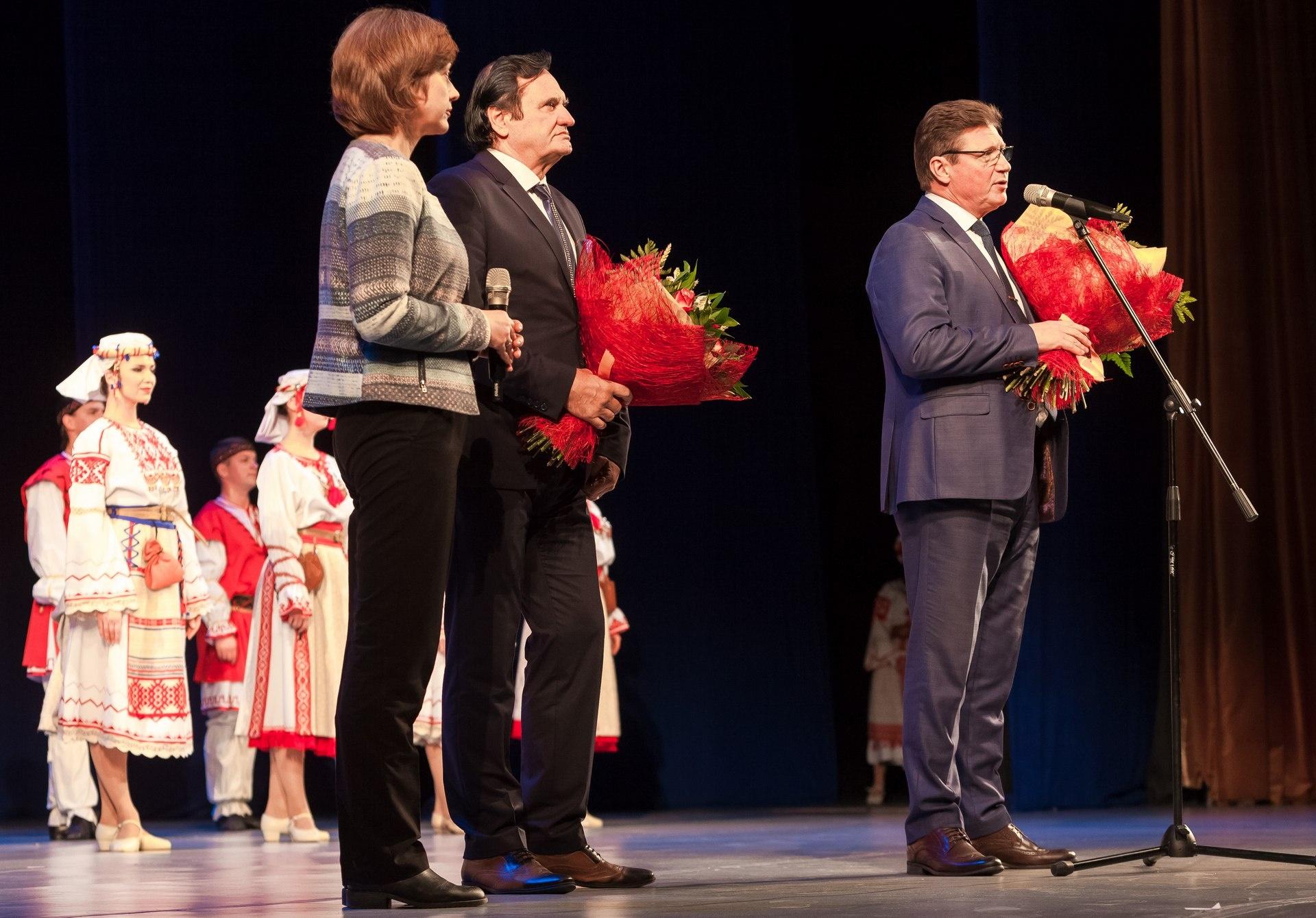 Президент Международной фольклорной ассоциации Дорел Косма (слева) и министр культуры Челябинской области Алексей Бетехтин