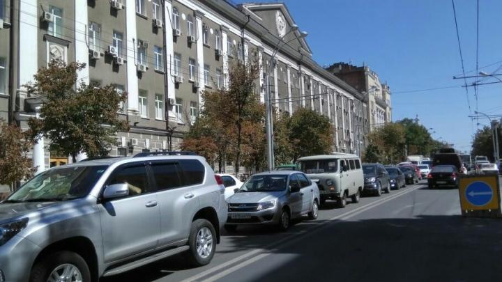 На Садовой меняют тротуарную плитку: образовалась большая пробка