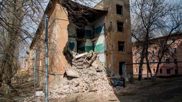 «От страха до сих пор трясутся ноги»: на севере Волгограда рухнуло старое общежитие