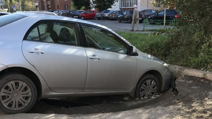 Ночью на Широтной припаркованная Toyota ушла колесами под землю