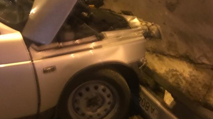 Начинающий тюменский водитель врезался в отбойник на объездной