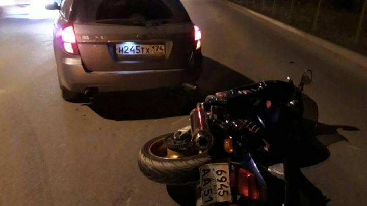 В Челябинске иномарка ударом догнала мотоциклиста