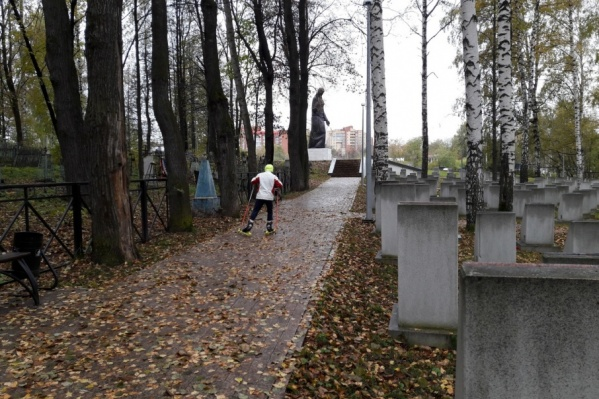 Юные лыжники тренируются на кладбище