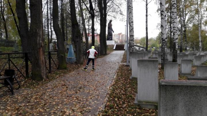 Приходится тренироваться на кладбищах: пермские лыжники пожаловались на отсутствие лыжероллерных трасс