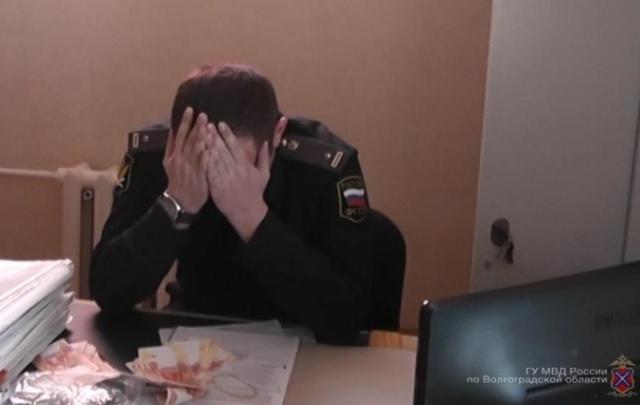 В Волгоградской области начальника судебных приставов задержали с полумиллионной взяткой