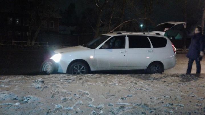 Нехорошее место: водитель лишился колеса в проклятой яме