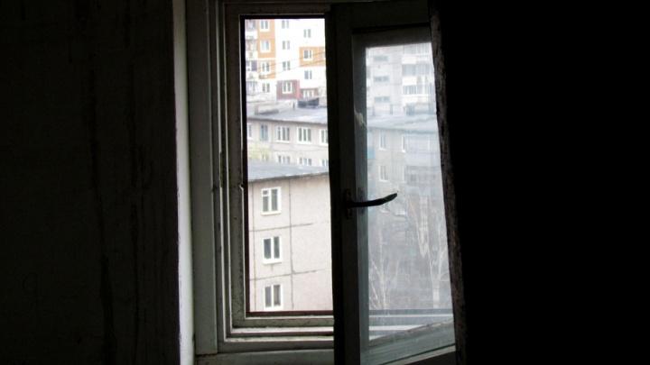Осталась без присмотра: в Прикамье полуторагодовалая девочка погибла, упав с третьего этажа