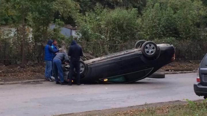 «Движение стоит из-за Mercedes»: на проспекте Карла Маркса опрокинулась машина