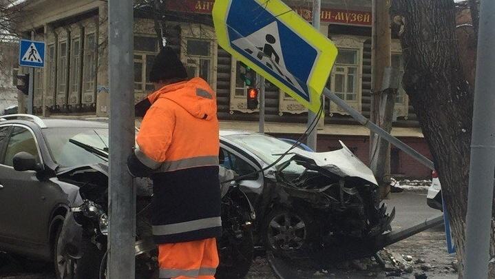 ДТП на перекрестке Челюскинцев — Володарского: один из водителей находится в реанимации