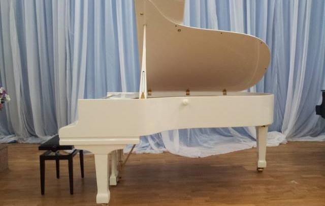Исполнили мечту директора: Дягилевской гимназии в Перми подарили белый рояль