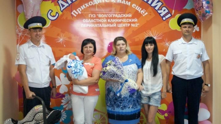 Сотрудники волгоградской ДПС довезли рожавшую женщину в перинатальный центр