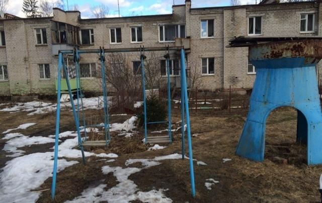Сломанные качели: жители ярославской деревни остались без детских площадок