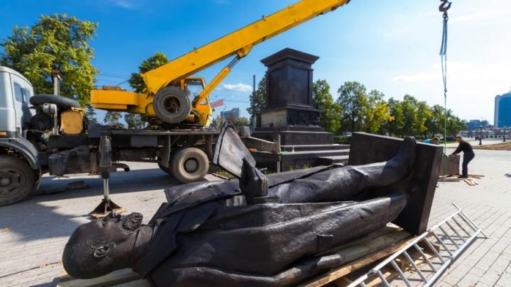 «К вечеру планируем закончить»: в Челябинске начали установку памятника Столыпину