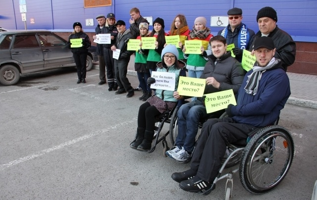 В Тюмени ГИБДД эвакуирует автомобили с парковок для инвалидов