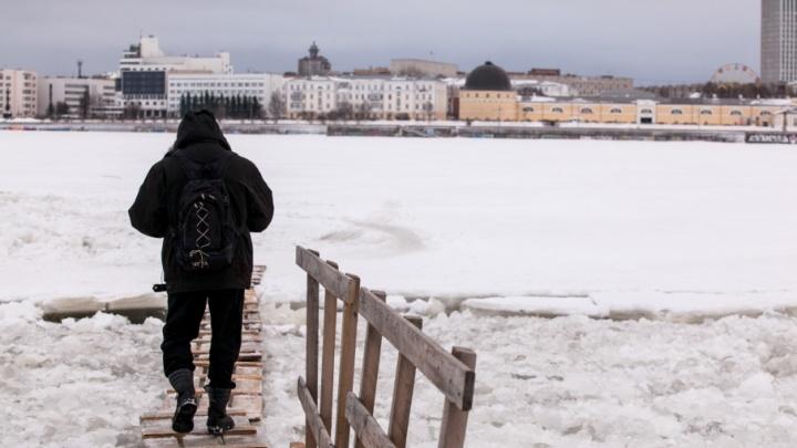 «Постоим еще неделю»: в Архангельске проверили прочность пешеходных переправ