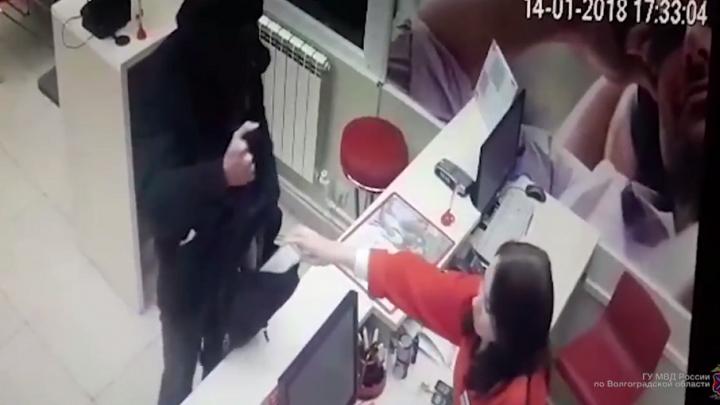 Полиция опубликовала видео ограбления салона сотовой связи в Волгограде