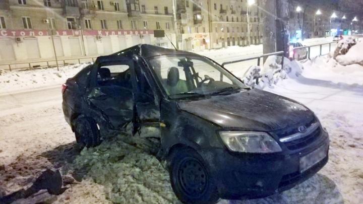 В Самаре пьяный водитель «Гранты» столкнулся с иномаркой и снес ограждение