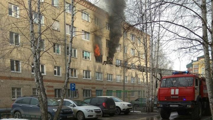 Из горящей пятиэтажки на Игримской пожарные спасли парализованную женщину