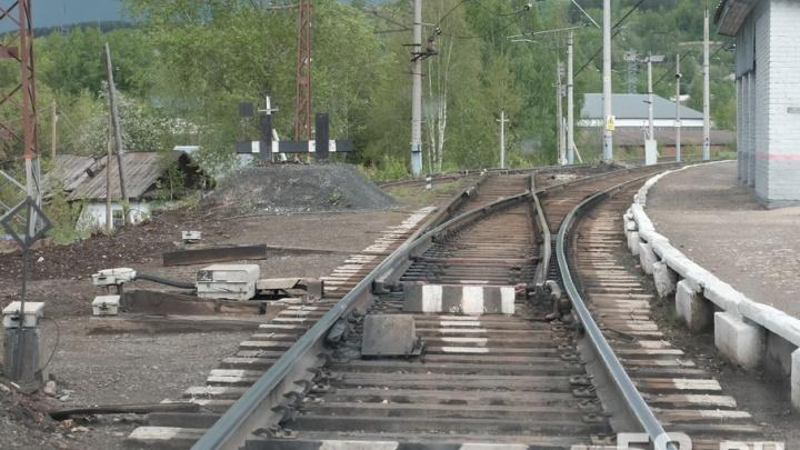 Оступился и упал на рельсы: в Прикамье поезд насмерть переехал пожилого мужчину