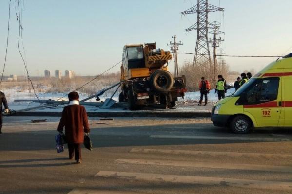 По словам водителя автокрана, он резко затормозил, чтобы избежать столкновения с другими машинами, и в итоге вылетел на тротуар