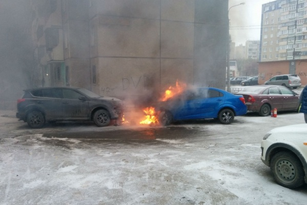 От загоревшегося Aveo пострадал припаркованный рядом RAV4