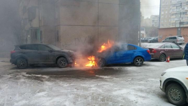 В одном из дворов Челябинска вспыхнувший Aveo подпалил припаркованный рядом RAV4