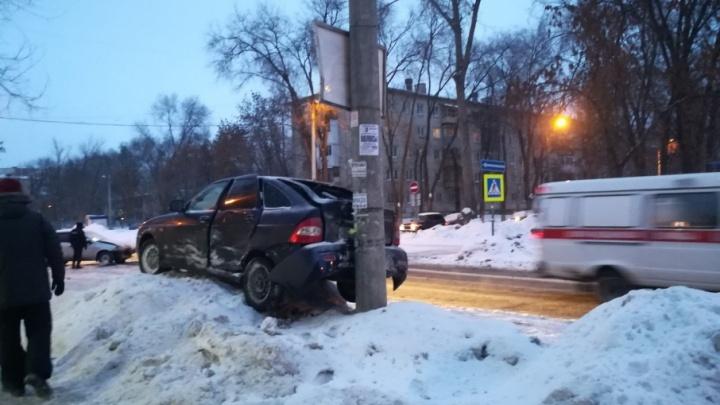 На Пугачевской — Свободы «Приора» залетела на сугроб после ДТП с «Калиной»