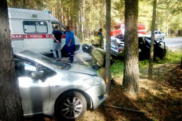 Прибывшие на место аварии сотрудники МЧС отключили аккумуляторы автомобилей, чтобы избежать возгорания