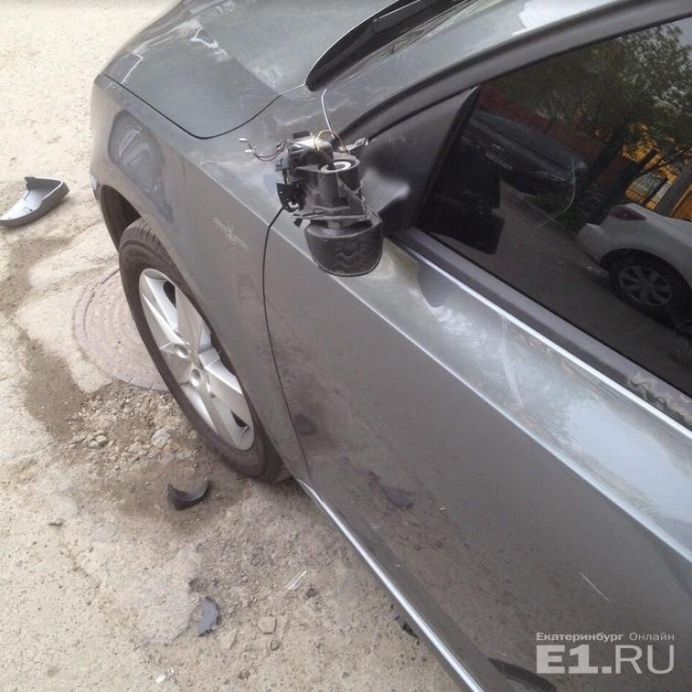 Он оторвал у машины зеркало.