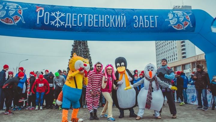 Веселые старты: по Волжскому пробежали сотни спортсменов в маскарадных костюмах