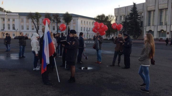 Участники пикета в поддержку Навального пошли к отделу полиции