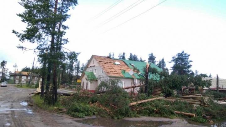 В селе Карпогоры шквалистый ветер срывал кровли и лишил 700 домов электричества