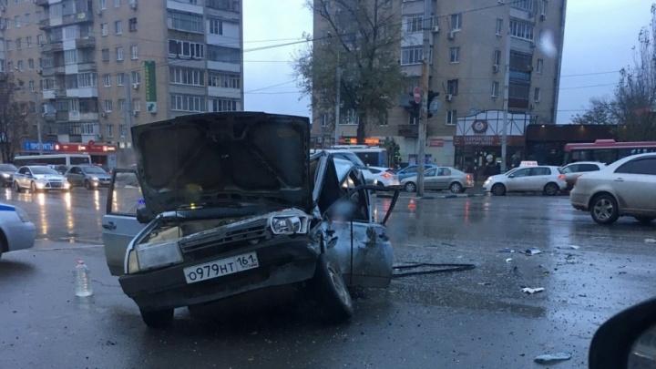 В Ростове маршрутка столкнулась с легковушкой: два человека ранены